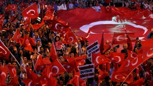 A counter protest in support of Prime Minister Erdogan. euronews.com